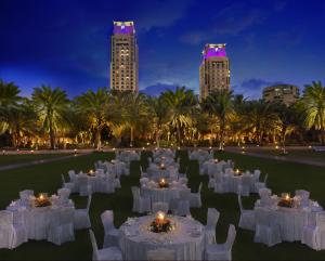 Prachtig Restaurant met het hotel op de achtergrond