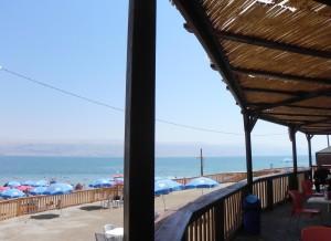 Uitzicht vanaf de laagste kroeg ter wereld bij de Dode Zee