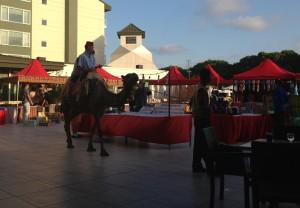 Tegen de avond is er soms een gezellige markt en kan je op een kameel rijden!