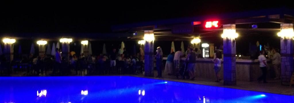 Ook in de avond is er bij het zwembad wat te doen!