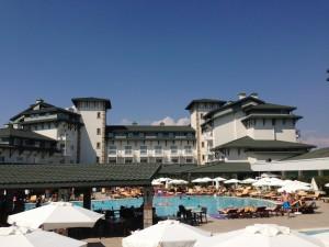 Het prachtige hotel met zwembad, bar en zicht op het hoofdgebouw