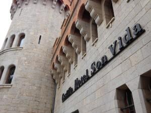 De elegante ingang van het kasteel, of eigenlijkhotel.