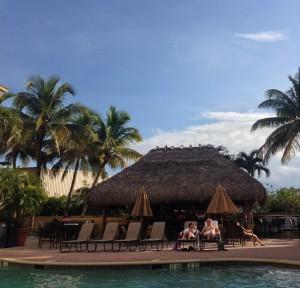 De mooie zwembadbar van het Hotel