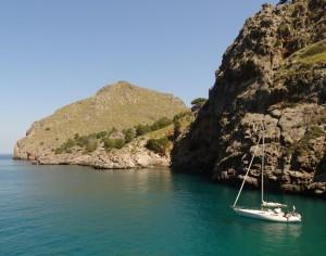 Schitterende zee langs de kust in het noorden van Mallorca