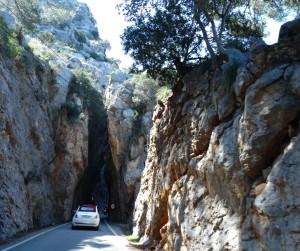 Dwars tussen de rotsen door op weg naar Torrent de Pareis