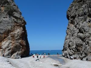 Tussen de rotsen door een prachtig strand: Sa Calobra