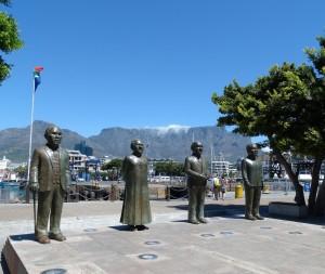 Kaapstad en de vier belangrijkste personen als standbeeld.