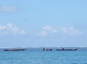 Lokale vissers doen hun werk met plezier, in traditionele bootjes