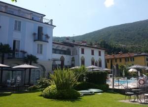 De tuinen, het terras en het prachtige hotel