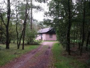Grote oprijlaan bij de mooie bungalow!