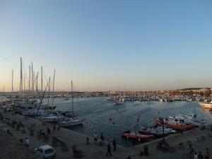 De haven van Alghero met zonsondergang