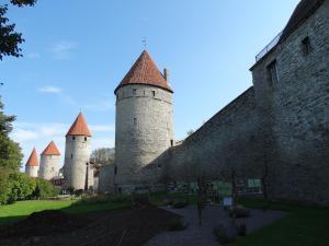 Tallinn heeft een volledige Stadsmuur, zo goed als intact
