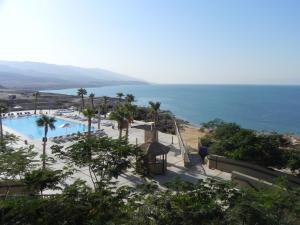 Zicht vanaf een van de resorts op de Dode Zee