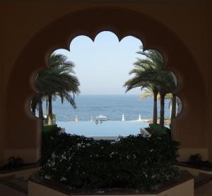 Zicht vanuit de binnenplaats van het Al Husn Hotel