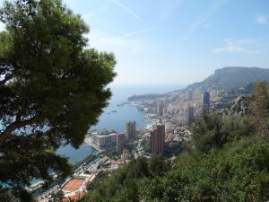 Prachtig zicht op Monaco vanuit de kustweg