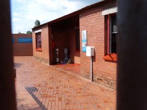 Kenmerkend: Door de tralies het Mandela Huis bekijken