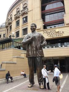 Het standbeeld van Nelson Mandelo in Sandton City