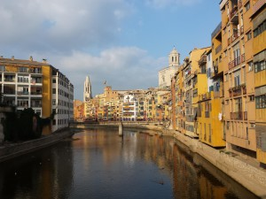De Stad Girona, geniet aan beide kanten van de rivier.