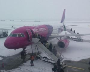 Een vliegtuig van Wizzair in de sneeuw op Katowice