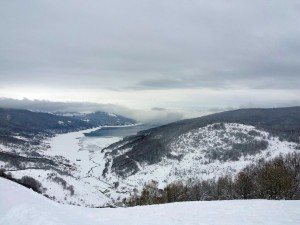 Zicht vanuit het skigebied op Mavrovo Lake