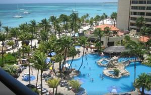 Prachtig Zwembad met helderblauwe zee op de achtergrond