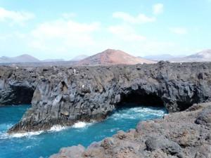 De rotsachtige kust van Lanzarote