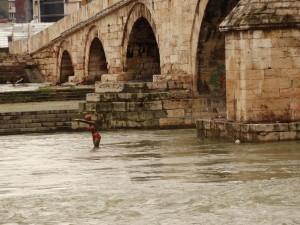 Het duikende meisje langs de stenen brug