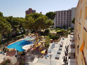 Het hotel en het zwembad