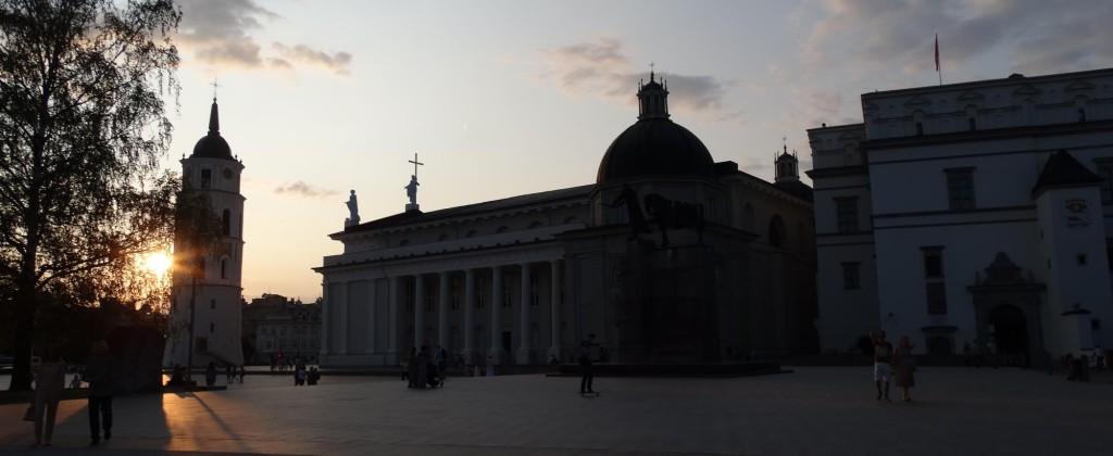 Prachtige zonsondergang op het Gediminas plein