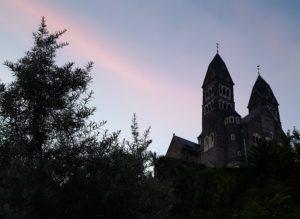 De kerk van Clervaux in Schemering